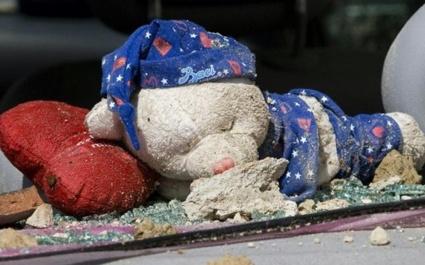 Un orsetto, simbolo dell'infanzia, accostato alla strage causata dal terremoto in Abruzzo del 2009